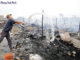 A man throws water on the smouldering remains of a home that burned down in a fire in Phnom Penh's Boeung Tompun commune. Fuente: Phom Penh Post. Hong Menea